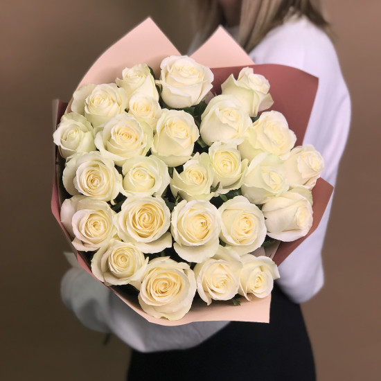 Купить Букет из 25 белых роз (60 см) с доставкой по Москве