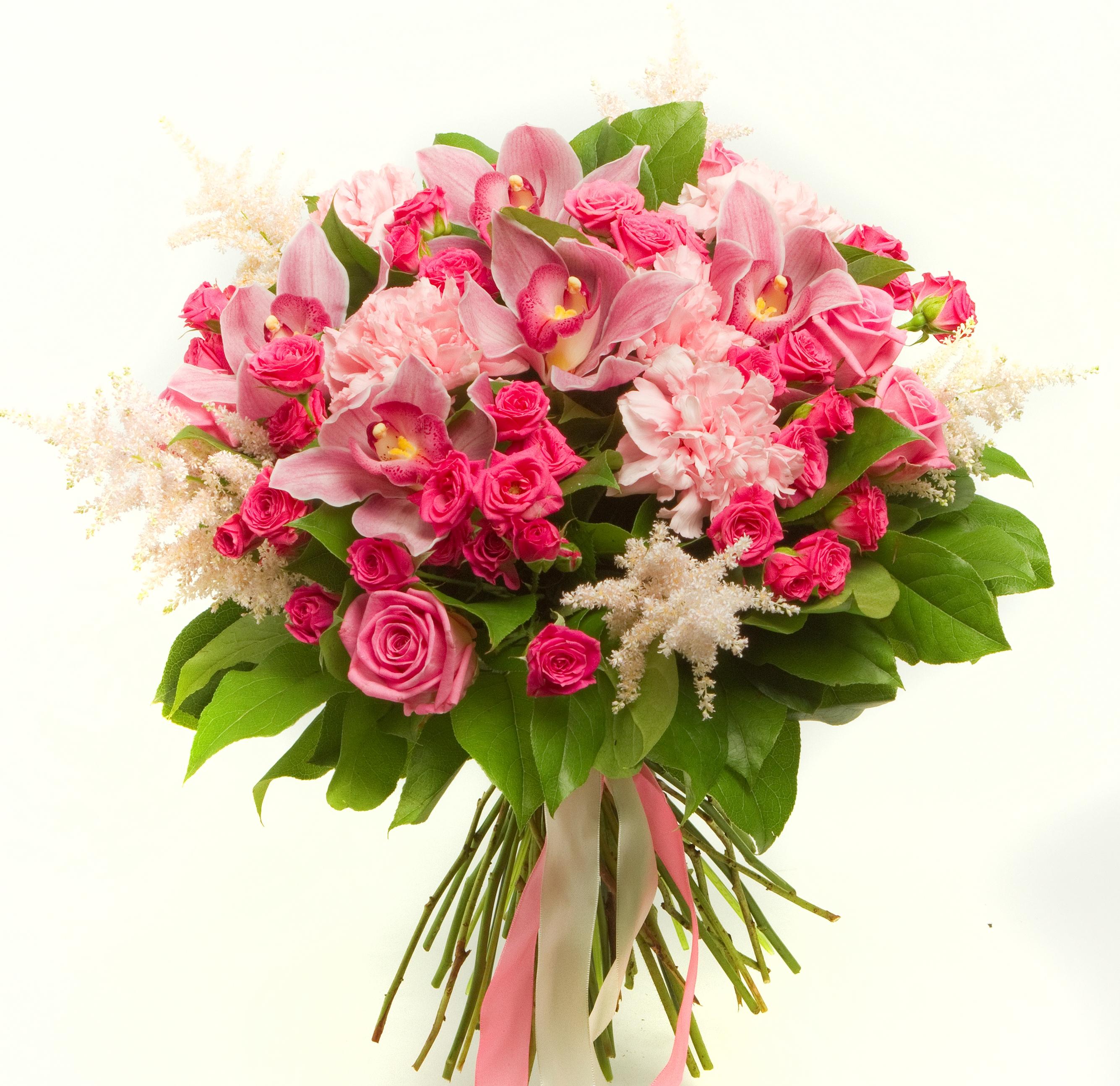 Авторский букет цветов Красотка<br>Ингредиенты: Астильба 5 шт, Гвоздика 5 шт, Роза кустовая 10 шт, Салал 1 шт, Цимбидиум 5 шт, Роза (50 см) 5 шт;