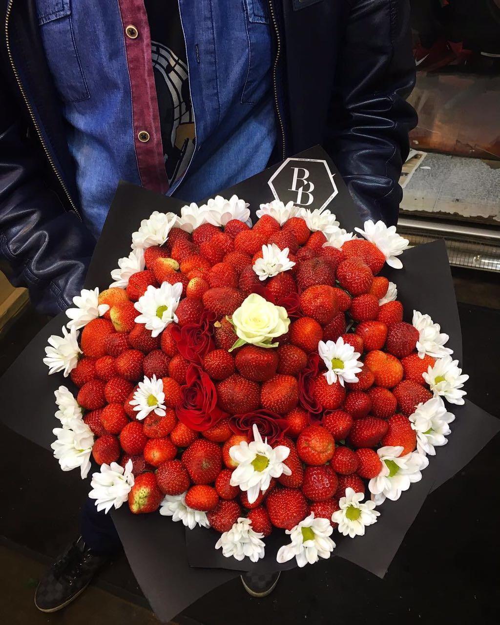 Букет из 2 кг клубники + цветы<br>