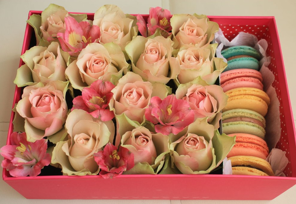 Розы и альстромерии с макарунс<br>
