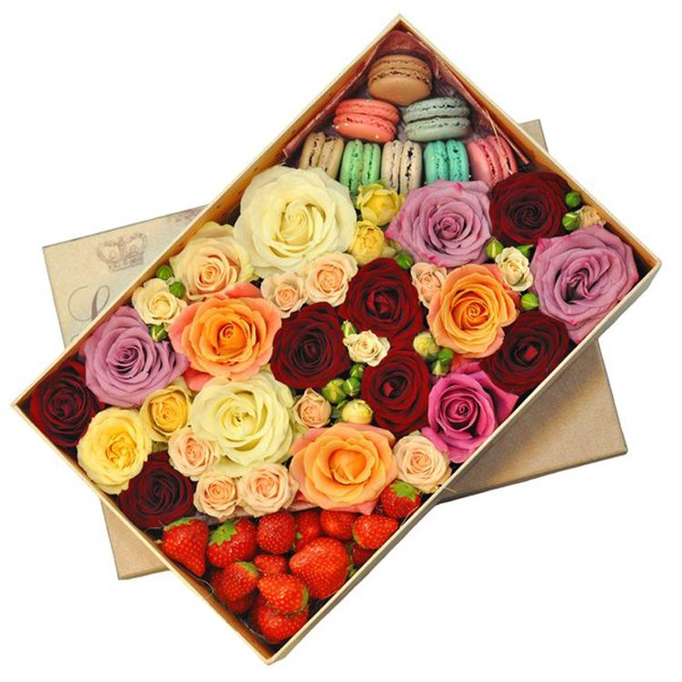 Цветы с клубникой и макарунами<br>