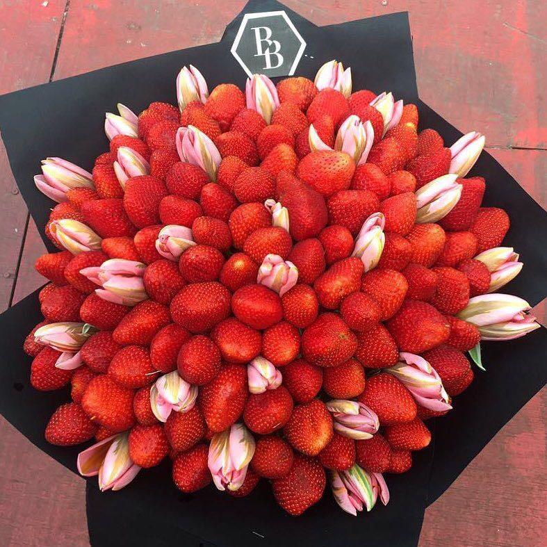 Букет из клубники 2 кг + 27 тюльпанов<br>